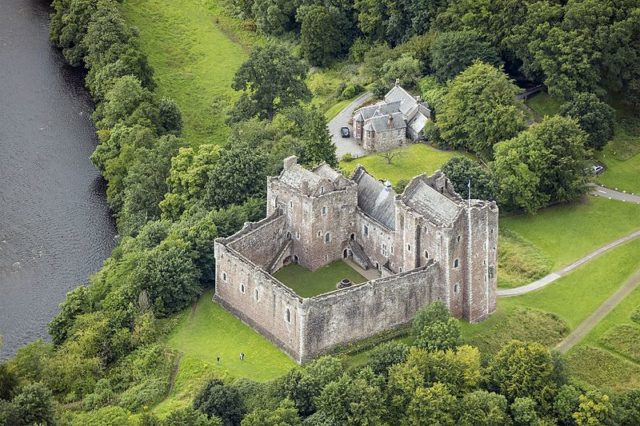 An aerial view of Doune Castle. Author:Andrew Shiva –CC BY-SA 4.0