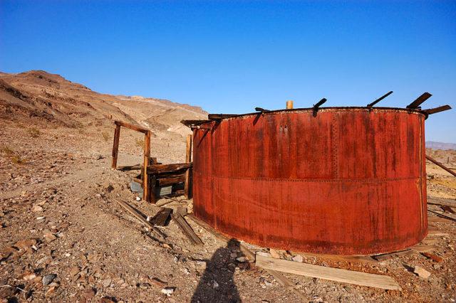 Rusty Mine Storage Tank. Author:Pierre Camateros –CC BY-SA 3.0