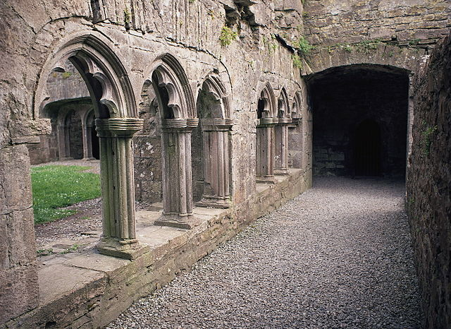 The cloister used to enclose a central courtyard. Author: Rob Hurson CC BY-SA 4.0