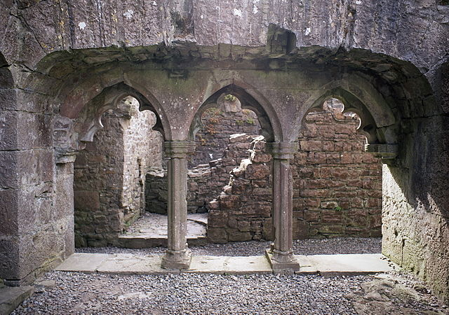 Front view of one of the remaining cloister sections, as seen from the central courtyard. Author: Rob Hurson CC BY-SA 4.0