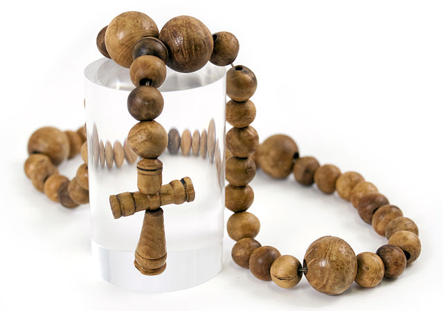 A rosary that once belonged to one of the lower-ranking crew members. Author: Mary Rose Trust CC BY-SA 3.0