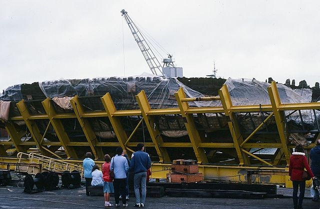People viewing the salvage cage holding the ship. Author: Glenluwin CC BY-SA 3.0