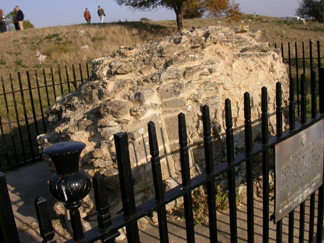 The only remaining piece of masonry from the castle. Author:Kokai CC BY-SA 2.0