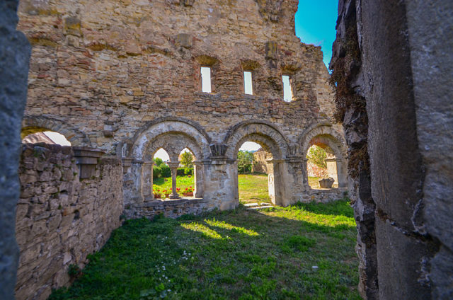 Inside the ruins. Author:daria raducanu –CC BY-SA 3.0 ro