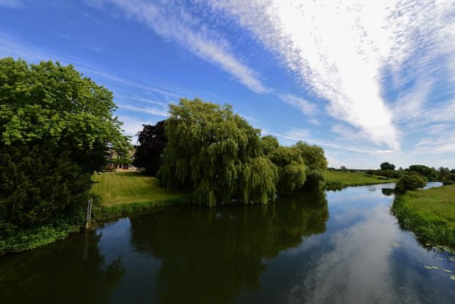 The River Nene flows by the south of the site of Fotheringhay Castle. Author:HARTLEPOOLMARINA2014 CC BY-SA 4.0