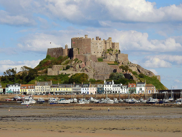 Mont Orgueil Castle dominates the view of Gorey Harbour, Jersey – Author: Darren Hillman – CC BY 2.0