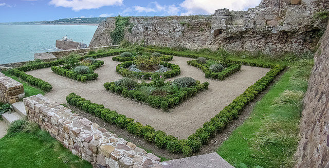 Mont Orgueil features manicured exterior gardens, 2007 – Author: Peter – CC BY 2.0