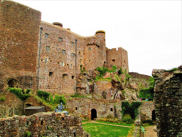 Mont Orgueil (Mount Pride) has a rugged and dramatic exterior – Author: INDIGO WOLFSBANE – CC BY 2.0