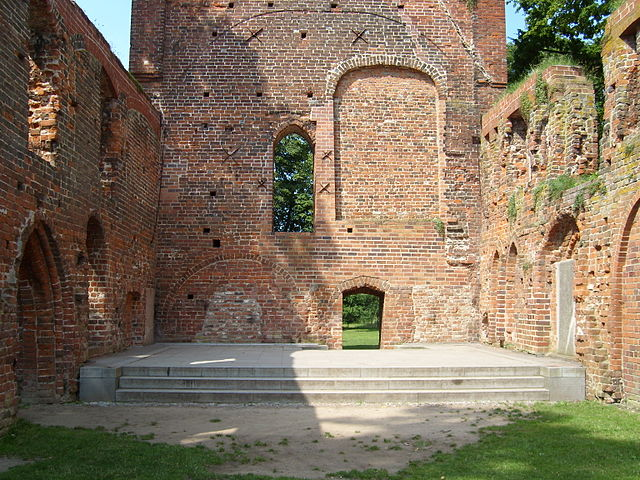 Theis open-air stage was built in 1968 in the interior of the abbey's church. Author: C.Löser – CC BY 3.0