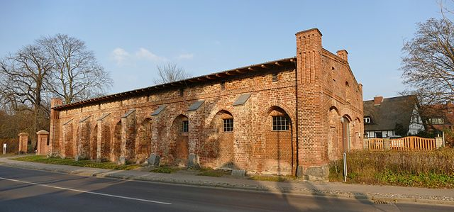 The south side of the former cloister barn now fronts onto the modern street. Author: Erell – CC BY-SA 3.0
