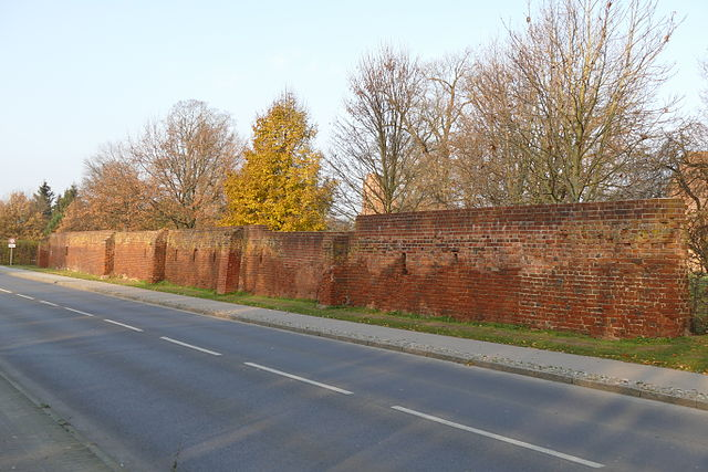 The preserved part of the abbey wall looks inconspicuous. Author: Erell – CC BY-SA 3.0