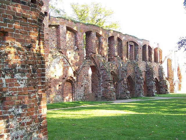 The cloister is now open to the sunlight. Author: Ralf Houven – CC BY 3.0