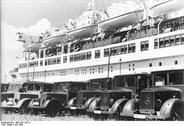 Photo of the ship and some of the lifeboats. Author: Bundesarchiv, Bild – CC BY-SA 3.0 de