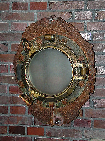 A salvaged porthole window from Wilhelm Gustloff. Author: Darkone – CC BY-SA 2.5