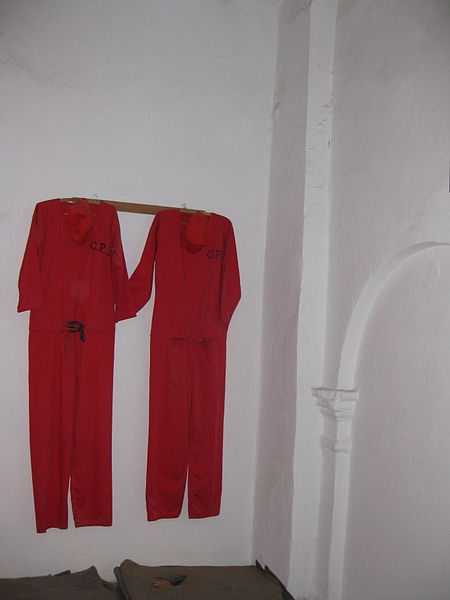 The museum shows uniforms worn by the prisoners sentenced to death row. Deror avi – CC BY-SA 3.0