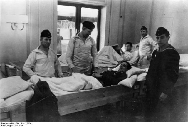 Wounded German soldiers. Author: Bundesarchiv, Bild – CC BY-SA 3.0 de