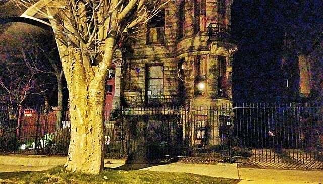 Franklin castle looks creepy at night – Author: Liveedges – CC BY-SA 3.0