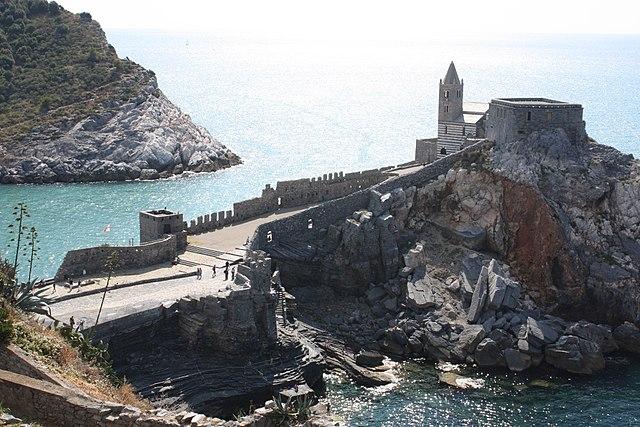 The Church of San Pietro. On left, the Palmaria island/ Author: Carlo Pelagalli – CC BY-SA 3.0