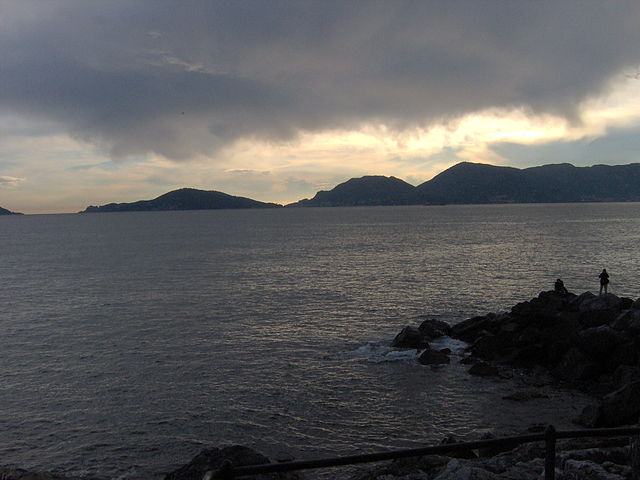 The Gulf of Poets asseen from the small fishing village of Tellaro/ Author: William Domenichini – CC BY-SA 3.0