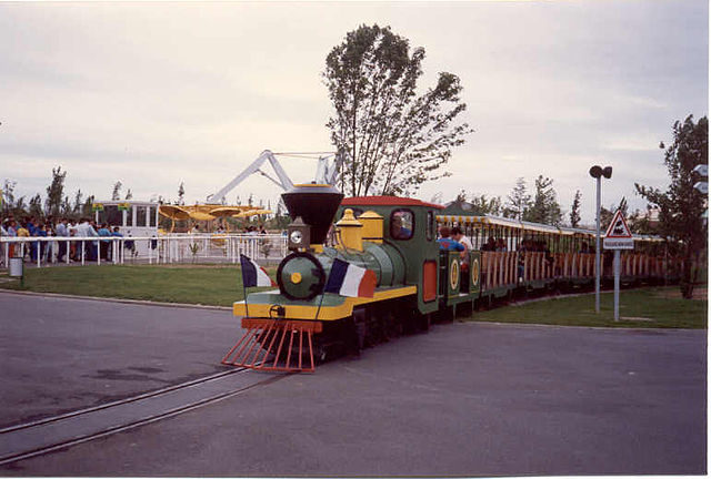 Back in its heyday, the Mirapolis Express mini-train ran in the park – Author: TGV617 CC BY-SA 3.0