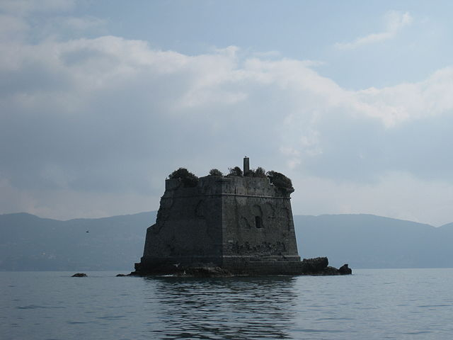 The ruined tower is literally rising from the sea/ Author: Brianza2008 – CC BY-SA 3.0