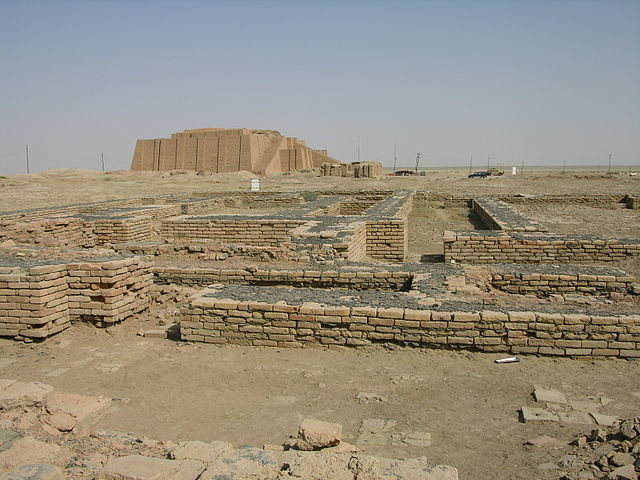 The Ziggurat of Ur towers over the Ruins of the Town of Ur- Author: M.Lubinski from Iraq, USA. – Author: CC BY-SA 2.0