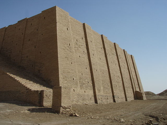 The side view of the Ziggurat gives a feel for the sheer scale of the structue – Author: Kaufingdude – CC BY-SA 3.0