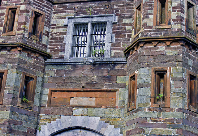 The facade of the jail is still in good condition. Author: psyberartist CC BY 2.0