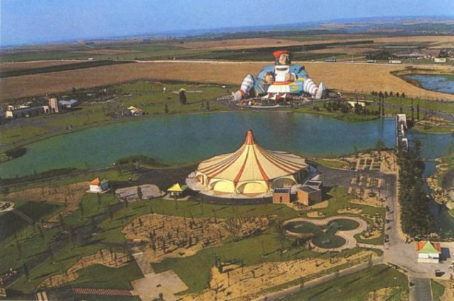 Mirapolis in Val-d'Oise, France, as seen from the sky in 1987. The huge great Gargantua sculpture at the back – Author: TGV617 CC BY-SA 3.0