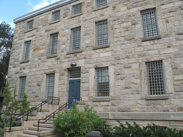 You can see the barred windows from the front view of the prison. Author: Brian Peiris CC BY-SA 3.0