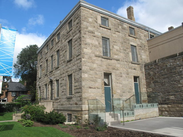 A side view of the jail shows the older looking part. Author: Brian Peiris CC BY-SA 3.0