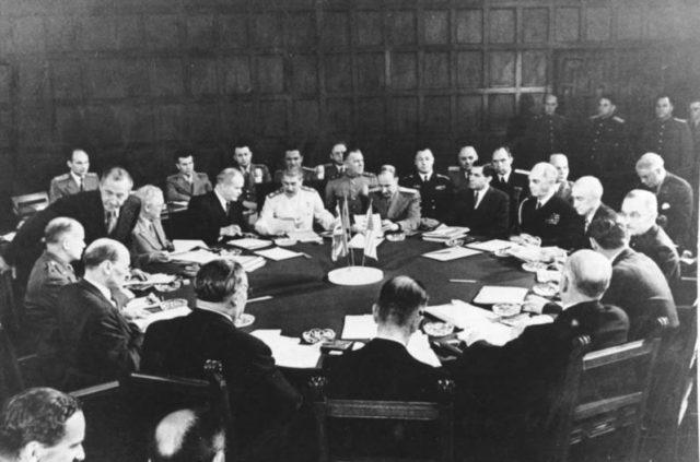 The conference session – Potsdam. Author:Bundesarchiv, Bild 183-R67561 –CC BY-SA 3.0 de