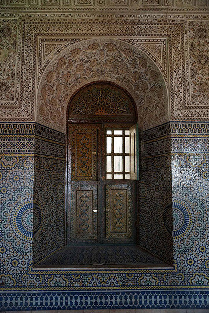 One of the entrances to the main building in Telouet Kasbah – Author: Heribert Bechen .. max. 17.000 visits per day – Flickr – 0331_marokko_31.03.2014 CC BY 2.0