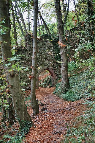 The entrance to the outer enceinte – Author: Dsch67 – CC BY-SA 2.5