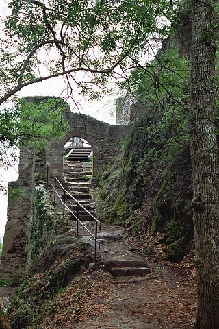 The castle entrance – Author: Dsch67 – CC BY-SA 2.5