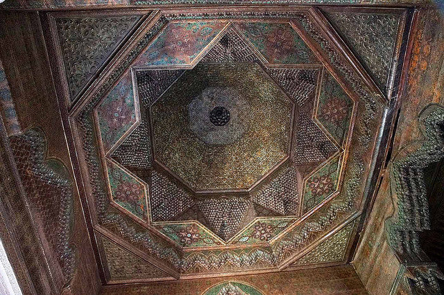 One of the many decorated ceilings inside Telouet Kasbah – Author: Heribert Bechen .. max. 17.000 visits per day – Flickr – 0327_marokko_31.03.2014 CC BY 2.0