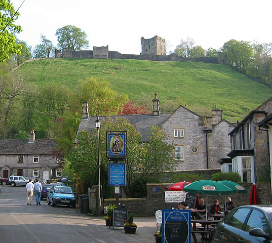 The castle as seen from the village of Castleton – Author: T Chalcraft – CC BY-SA 2.5