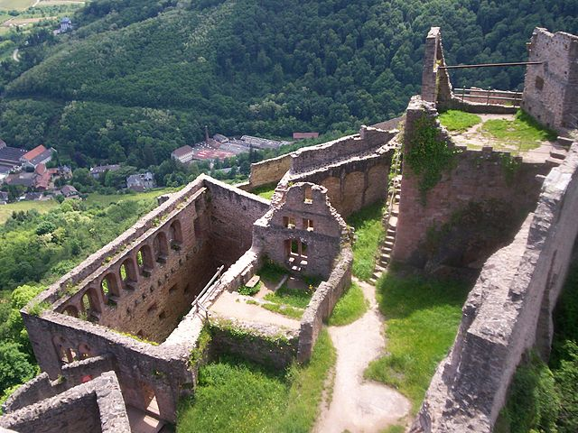 An overall view from the keep – Author: Dsch67 – CC BY-SA 2.5