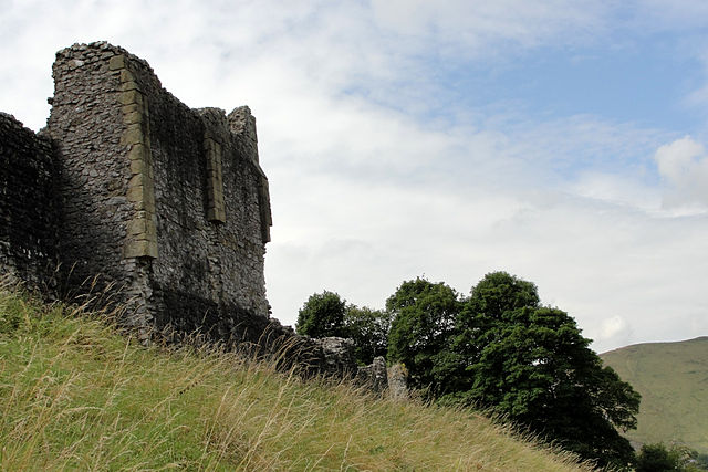 The northern curtain wall with the remains of a tower – Author: Nessy-Pic – CC BY-SA 4.0