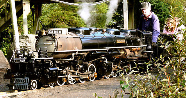 Locomotive 4008 preparing to depart from the base station – Author: Flying Stag – CC BY-SA 3.0