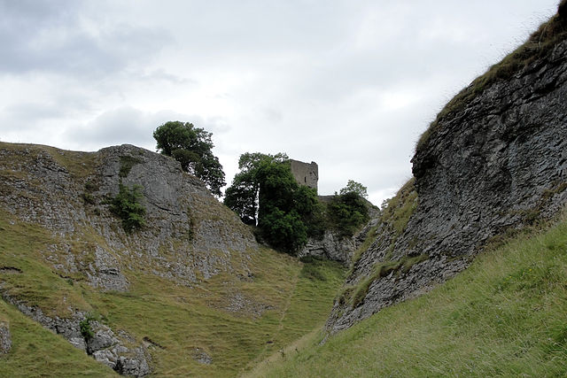 A view of the castle from Cave Dale – Author: Nessy-Pic – CC BY-SA 4.0