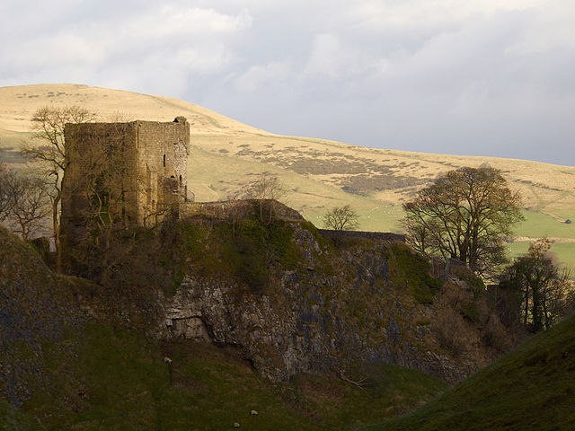 The castle from Cave Dale with Lose Hill in the background – Author: Darren Copley – CC BY 2.0
