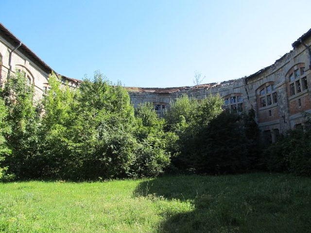 Part of the courtyard. Author: Constantin Onu CC BY-SA 3.0 ro