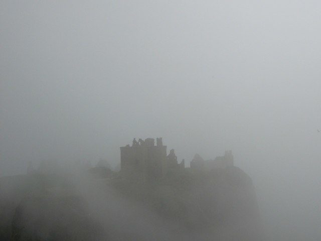 The castle caught in mist. Author: Iain Inglis – CC BY-SA 2.0
