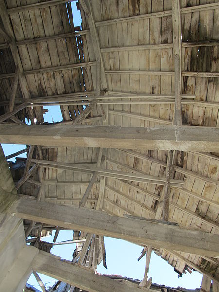 The damaged roof. Author: Constantin Onu CC BY-SA 3.0 ro