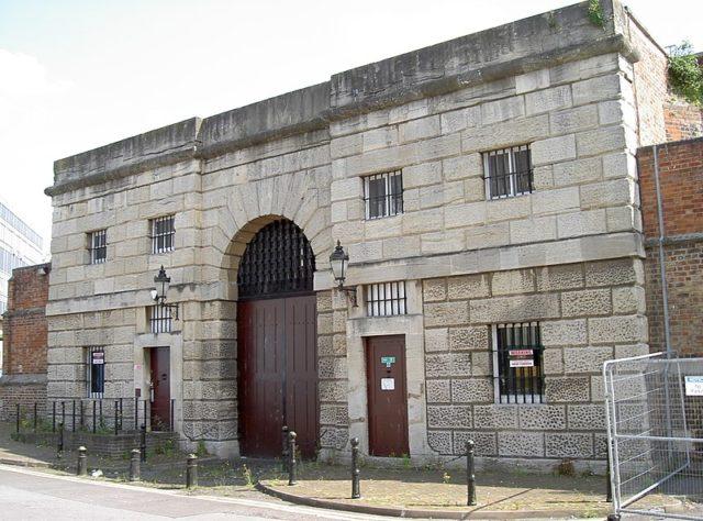 The gatehouse. Author: Neil Owen – CC BY-SA 2.0