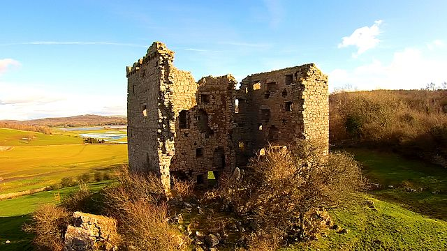 A view of the collapsed wall and some of the exposed internal structure of the tower. Silverdale Moss is visible in the background – Author: User:Anglovirtual – CC BY-SA 3.0