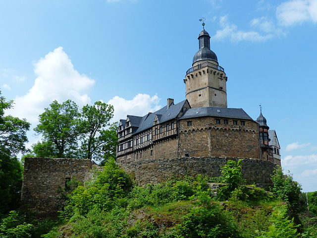Falkenstein Castle in the Harz. The shield wall side in the east over the Halsgräben – Author: Joachim Schneeleopard – CC BY-SA 3.0 de