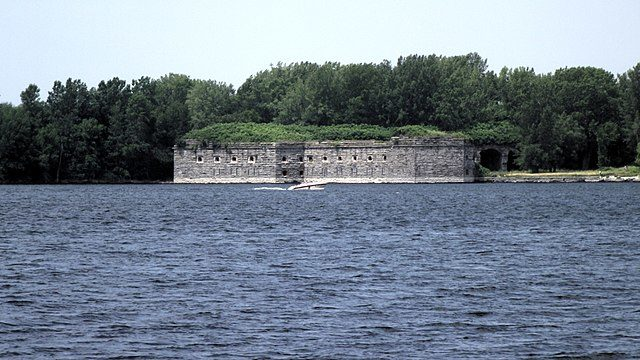 Fort Montgomery in Rouses Point, New York. Photo taken from a fishing access parking lot on the north side of the Rouses Point Bridge in Vermont – Author: Mfwills – CC BY-SA 3.0