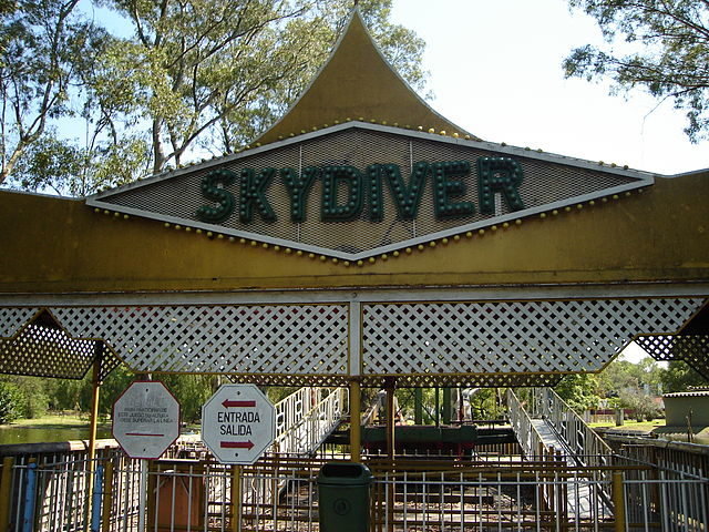 Gates to the former Skydiver ride – Author: Mauricio Genta – CC BY-SA 2.0